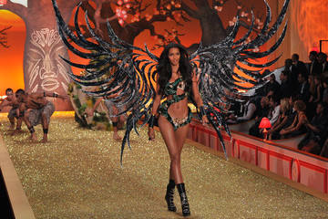 Lais Ribero 2010 Victoria's Secret Fashion Show - Runway