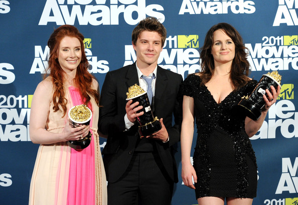 (L-R)  Bryce Dallas Howard, Xavier Samuel, and Elizabeth Reaser pose  with their awards for best movie for 'The Twilight Saga: Eclipse' in the press room during the 2011 MTV Movie Awards at Universal Studios' Gibson Amphitheatre on June 5, 2011 in Universal City, California.