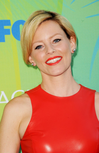 Actress Elizabeth Banks arrives at the 2011 Teen Choice Awards held at the Gibson Amphitheatre on August 7, 2011 in Universal City, California.