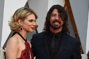 Musician Dave Grohl and his wife Jordyn Blum arrive on the red carpet for the 88th Oscars on February 28, 2016 in Hollywood, California. AFP PHOTO / VALERIE MACON / AFP / VALERIE MACON