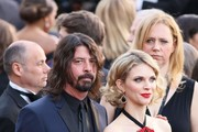 Musician Dave Grohl and his wife Jordyn Blum arrive on the red carpet for the 88th Oscars on February 28, 2016 in Hollywood, California. AFP PHOTO / JEAN-BAPTISTE LACROIX / AFP / JEAN-BAPTISTE LACROIX