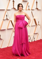 Idina Menzel looked lovely in a strapless fuchsia gown with oversized bow detailing at the 2020 Oscars.