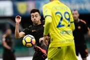 Roma's forward Stephan El Shaarawy (L) vies for the ball with Chievo's Italian defender Fabrizio Cacciatore during the Italian Serie A football match between AC Chievo and AS Roma at the Bentegodi stadium in Verona on December 10, 2017. / AFP PHOTO / MIGUEL MEDINA