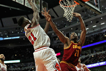 Andrew Bynum Cleveland Cavaliers v Chicago Bulls