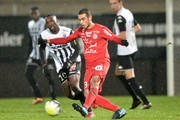 Montpellier's French Tunisian midfielder Ellyes Skhiri (C) outruns Angers' French forward Gilles Sunu (L) during the French L1 Football match between Angers (SCO) and Montpellier (MHSC) on December 9, 2017 at the Raymond-Kopa stadium in Angers, northwestern France. / AFP PHOTO / JEAN-FRANCOIS MONIER