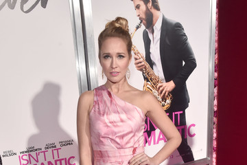 Anna Camp Premiere Of Warner Bros. Pictures' 'Isn't It Romantic' - Red Carpet