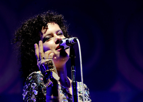 Regine chassagne zimbio for Arcade fire miroir noir