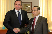 US Assistant Secretary of State Kurt Campbell (L) shake hands with South Korea's nuclear envoy Wi Sung-Lac during their meeting at the foreign ministry on February 4, 2010 in Seoul, South Korea. Campbell is on a three day visit to hold talks focusing on the North Korean nuclear issue.
