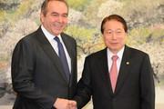 US Assistant Secretary of State Kurt Campbell (L) shake hands with South Korean Foreign Minister Yu Myung-Hwan during their meeting at the foreign ministry on February 4, 2010 in Seoul, South Korea. Campbell is on a three day visit to hold talks focusing on the North Korean nuclear issue.