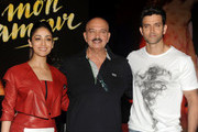 Indian Bollywood actors Yami Gautam (L) and Hrithik Roshan (R) pose during the song launch of their upcoming Hindi film 'Kaabil' directed by Sanjay Gupta and produced by Rakesh Roshan (C) in Mumbai on January 4, 2017. / AFP / STRINGER