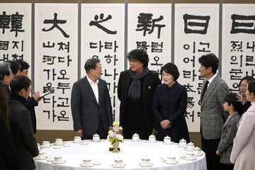 Bong Joon Ho Director Bong Meets South Korean President In Seoul