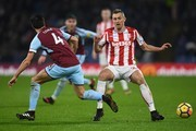Burnley's English midfielder Jack Cork (L) vies with Stoke City's Scottish midfielder Darren Fletcher during the English Premier League football match between Burnley and Stoke at Turf Moor in Burnley, north west England on December 12, 2017. / AFP PHOTO / Paul ELLIS / RESTRICTED TO EDITORIAL USE. No use with unauthorized audio, video, data, fixture lists, club/league logos or 'live' services. Online in-match use limited to 75 images, no video emulation. No use in betting, games or single club/league/player publications.  /