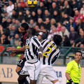 Jeda of Cagliari (L) competes for a header against Mohamed Sissoko #22 and Martin Caceres #2 of Juventus during the Serie A match between Cagliari Calcio and Juventus at Stadio Sant'Elia on November 29, 2009 in Cagliari, Italy.