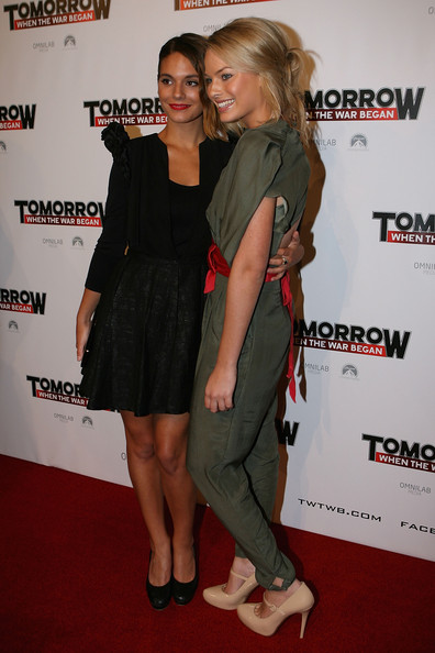 "Photo of Margot Robbie & her friend actress  Caitlin Stasey - Series ""Neighbours"""