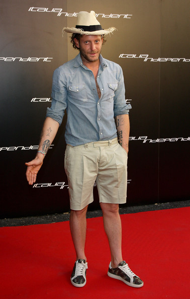 Lapo paired his relaxed shorts and straw hat with a denim button down shirt.