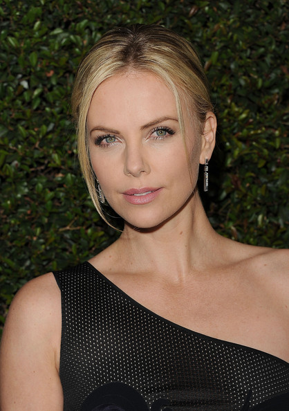 http://www1.pictures.zimbio.com/gi/Charlize+Theron+Premiere+Paramount+Pictures+PaBu-_x4n2ml.jpg