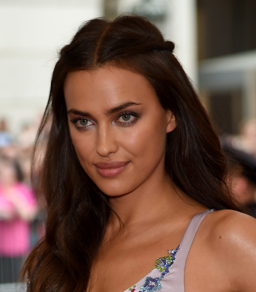 Irina Shayk earned a  million dollar salary, leaving the net worth at 4 million in 2017