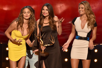 "Chrissy Teigen Nina Agdal Spike TV's ""Guys Choice 2014"" - Show"