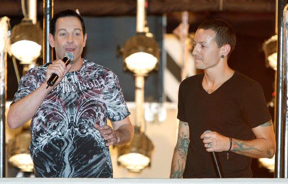 Chester Bennington Magician Steve Wyrick (L) and Linkin Park singer Chester