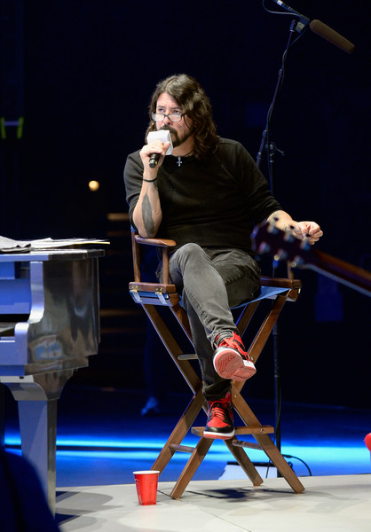 Dave Grohl Photos Photos - Lionel Richie Performs During ...