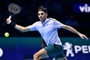 Switzerland's Roger Federer returns to Belgium's David Goffin during their men's singles semi-final match on day seven of the ATP World Tour Finals tennis tournament at the O2 Arena in London on November 18, 2017. / AFP PHOTO / Glyn KIRK