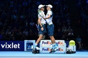 USA's Bob Bryan (L) and USA's Mike Bryan (R) celebrate beating Britain's Jamie Murray and Brazil's Bruno Soares during their men's doubles match on day two of the ATP World Tour Finals tennis tournament at the O2 Arena in London on November 13, 2017. / AFP PHOTO / Glyn KIRK