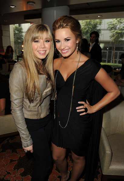 Demi Lovato American Music Awards digital host Jennette McCurdy (L) and Recording artist Demi Lovato attend the 2010 American Music Awards Nominations Press Conference held at The Mixing Room at the JW Marriott Los Angeles at L.A. LIVE on October 12, 2010 in Los Angeles, California.