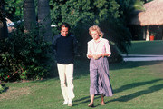 """20/20 - 1/9//84.Barbara Walters interviewed entertainer Julio Iglesias for """"20/20""""..(Photo by ABC News via Getty Images).JULIO IGLESIAS, BARBARA WALTERS"""