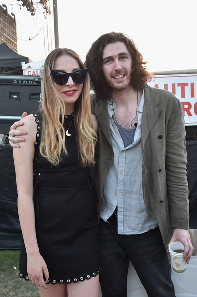 hozier este haim dating The annual coachella music festival in california typically attracts a seriously stylish crowd check out some celebrity style pics here wicklow's own hozier performed at the event on saturday (april 11), closing his set with a surprise appearance from este haim he also posed alongside one of his.