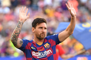 Lionel Messi of FC Barcelona waves to the crowd prior to the Joan Gamper trophy friendly match at Nou Camp on August 04, 2019 in Barcelona, Spain.