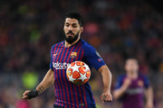 Luis Suarez of FC Barcelona runs with the ball during the UEFA Champions League Quarter Final second leg match between FC Barcelona and Manchester United at Camp Nou on April 16, 2019 in Barcelona, Spain.