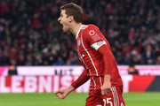 Bayern Munich's striker Thomas Mueller celebrates after the first goal during the German first division Bundesliga football match between FC Bayern Munich and FC Cologne on December 13, 2017 in Munich. / AFP PHOTO / Christof STACHE / RESTRICTIONS: DURING MATCH TIME: DFL RULES TO LIMIT THE ONLINE USAGE TO 15 PICTURES PER MATCH AND FORBID IMAGE SEQUENCES TO SIMULATE VIDEO. == RESTRICTED TO EDITORIAL USE == FOR FURTHER QUERIES PLEASE CONTACT DFL DIRECTLY AT + 49 69 650050.