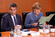 German Chancellor Angela Merkel and German Vice Chancellor and Foreign Minister Sigmar Gabriel wait for the start of the weekly cabinet meeting in Berlin on November 22, 2017. / AFP PHOTO / Adam BERRY