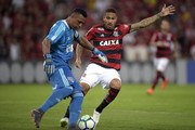 Paolo Guerrero (R) of Flamengo struggles for the ball with Sidao of Sao Paulo during the match between Flamengo and Sao Paulo as part of Brasileirao Series A 2018 at Maracana Stadium on July 18, 2018 in Rio de Janeiro, Brazil.