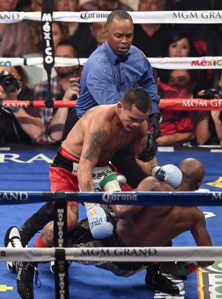 Floyd Mayweather Jr. v Marcos Maidana [sports,contact sport,sport venue,boxing ring,professional boxer,combat sport,boxing,striking combat sports,barechested,individual sports,floyd mayweather jr.,marcos maidana,kenny bayless,c,point,wba,wbc,welterweight title fight,round,act]