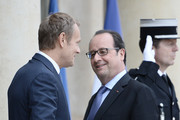 French President Francois Hollande (R) welcomes European Union Council President Donald Tusk (L) upon his arrival on June 27, 2016 at the Elysee Presidential Palace in Paris. / AFP / STEPHANE DE SAKUTIN