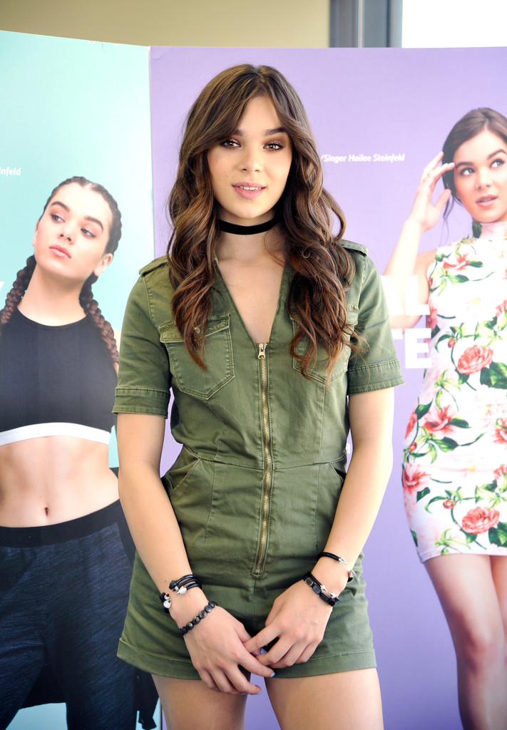 Hailee Steinfeld Photos Photos - Hailee Steinfeld Meets Fans at ...