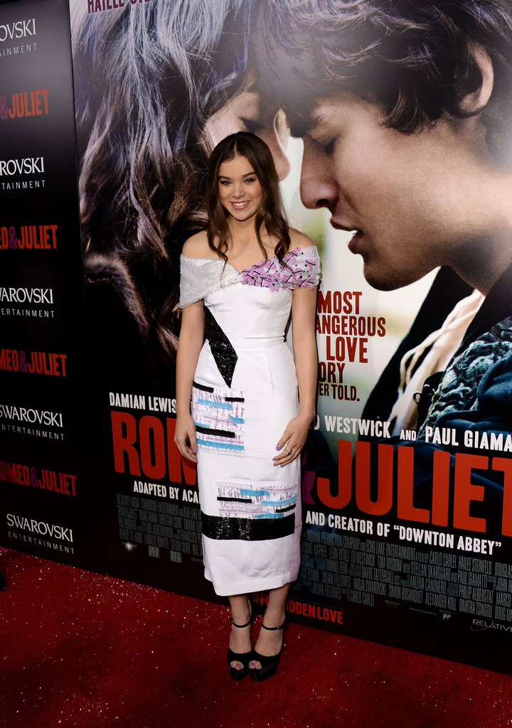 Hailee Steinfeld Matches Her Nails to Her Dress—The Right Way