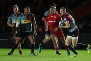 Mike Brown of Harlequins runs with the ball during the Gallagher Premiership Rugby match between Harlequins and Saracens at Twickenham Stoop on October 6, 2018 in London, United Kingdom.
