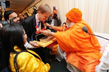 Stephen Timms His Holiness Brahmrishi Shreekumar Swami Ji Honored at House of Commons