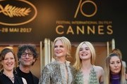 (FromL) British screenwriter Philippa Goslett, British novelist Neil Gaiman, Australian actress Nicole Kidman, US actress Elle Fanning and actress Eloise Smyth pose as they arrive on May 21, 2017 for the screening of the film 'How to talk to Girls at Parties' at the 70th edition of the Cannes Film Festival in Cannes, southern France.  / AFP PHOTO / Alberto PIZZOLI