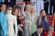 Australian actress Nicole Kidman (C) waves as she arrives on May 21, 2017 with British screenwriter Philippa Goslett (3rdL), British author Neil Gaiman (4thL), US actress Elle Fanning (2ndR) and actress Eloise Smyth for the screening of the film 'How to talk to Girls at Parties' at the 70th edition of the Cannes Film Festival in Cannes, southern France.  / AFP PHOTO / Valery HACHE