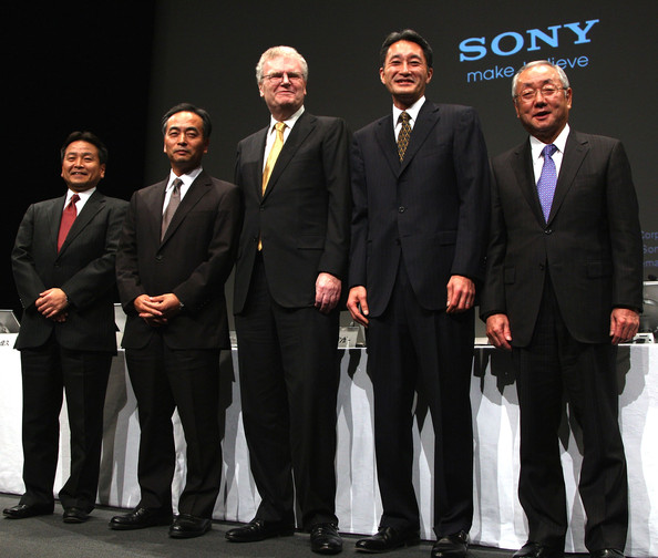 Sony CEO Howard Stringer Holds Press Conference [howard stringer,ceo,hiroshi yoshioka,howard stringer holds press conference,yoshihisa ishida,nobuyuki oneda,chairman,r,president,suit,event,formal wear,businessperson,white-collar worker,team,business,company,management,tuxedo,sony]