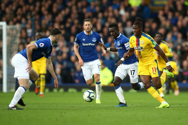 Everton FC vs. Crystal Palace - Premier League [player,sports,sports equipment,football player,team sport,sport venue,ball game,soccer player,soccer,football,idrissa gueye,wilfried zaha,possession,crystal palace,united kingdom,liverpool,everton fc,premier league,battle,match]