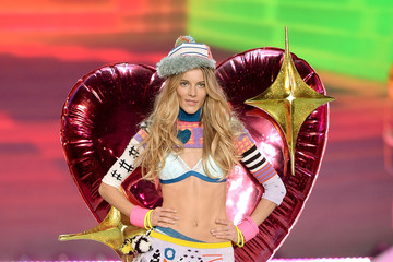 Ieva Laguna 2013 Victoria's Secret Fashion Show - Show