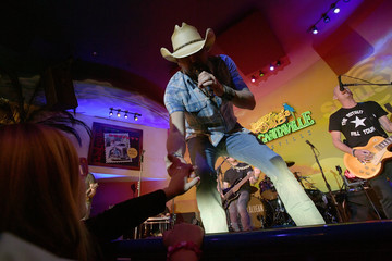 Jason Aldean SiriusXM's 'Dial Up The Moment' Pop-Up Performance With Jason Aldean