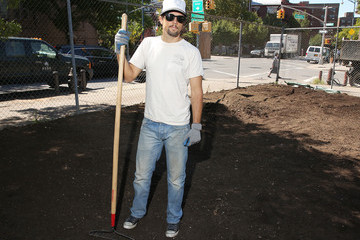 Jason Mraz Jason Mraz Helps Out the Community
