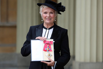 Julie Walters Investiture att Buckingham Palace