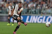 Aaron Ramsey of Juventus scores the equalizer during the Serie A match between Juventus and Hellas Verona at Allianz Stadium on September 21, 2019 in Turin, Italy.