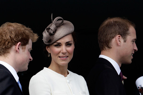 William y Catherine, Duques de Cambridge Kate+Middleton+Racegoers+Enjoy+Derby+Day+Epsom+3J-2U5ioy1il
